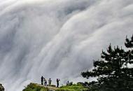 庐山现瀑布云 流转山涧
