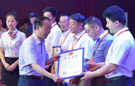 鹰潭市委副书记、市政府党组书记于秀明为入园注册企业发证。徐蓉摄