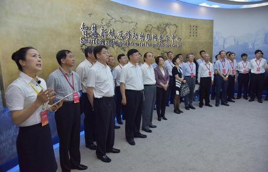 6月12日,领导、嘉宾在中国鹰潭移动物联网产业园参观。徐蓉摄