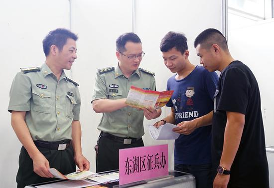 南昌东湖区征兵办与考生交流。