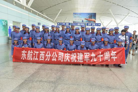 东航江西分公司举办庆祝建军九十周年快闪活动