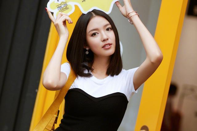 时尚辣妈张梓琳街拍秀长腿 气质清新笑容迷人