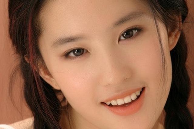 刘亦菲写真旧照曝光 麻花辫吊带裙灵气逼人