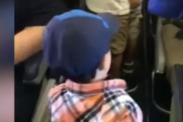 2岁男孩为庆祝第一次坐飞机 和机上乘客逐一击拳