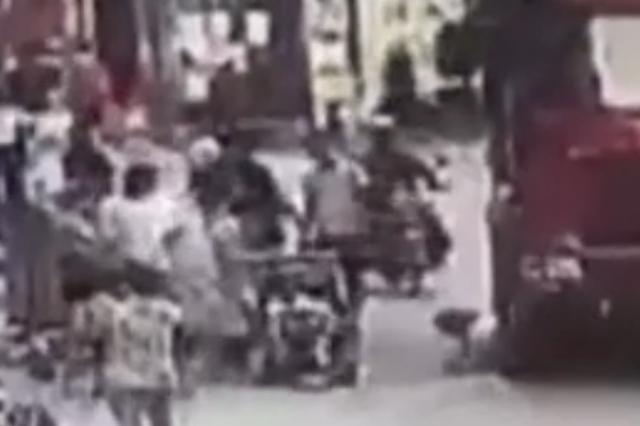 广州一女童冲出马路被货车碾压身亡,母亲以身相救受伤