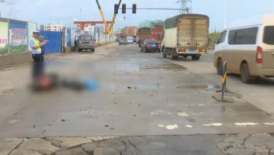 暴雨后路面积水浮出女尸 疑遇交通变乱-新闻5点半