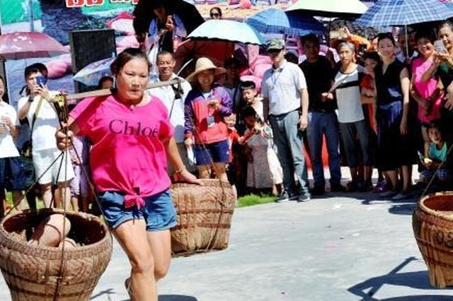 江西德兴乡村挑南瓜比赛 男女同场比拼