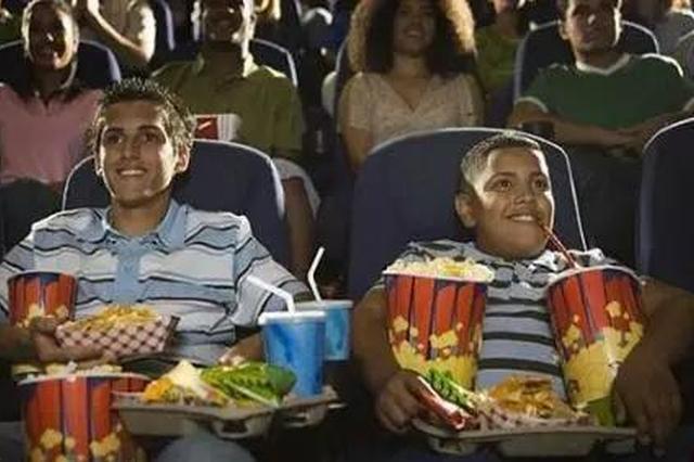 女子劝他人看电影别聊语音 却被踹脸揪头发