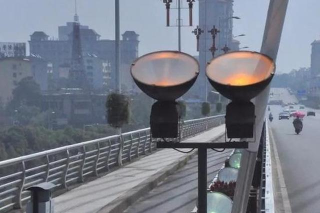 鹰潭信江大桥几十盏景观灯白天亮着 市民:太浪费