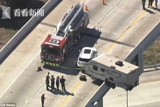 惊悚!高架上发生车祸 房车被悬在半空中