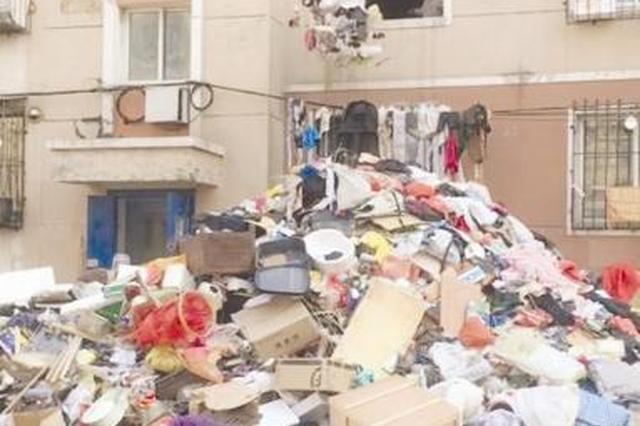 女子攒破烂堆满房间 多部门清理清出一座小山