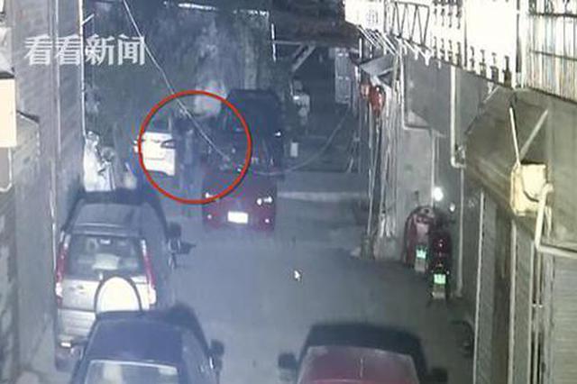 吓不吓人!小偷拉车门行窃 不料民警正坐在车内