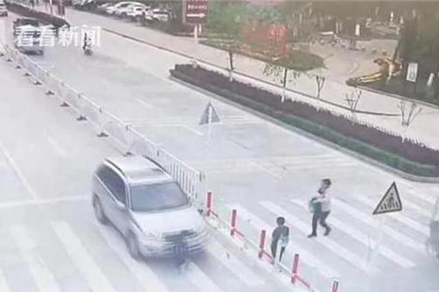 男童独自过马路被撞 妈妈冷眼旁观玩手机