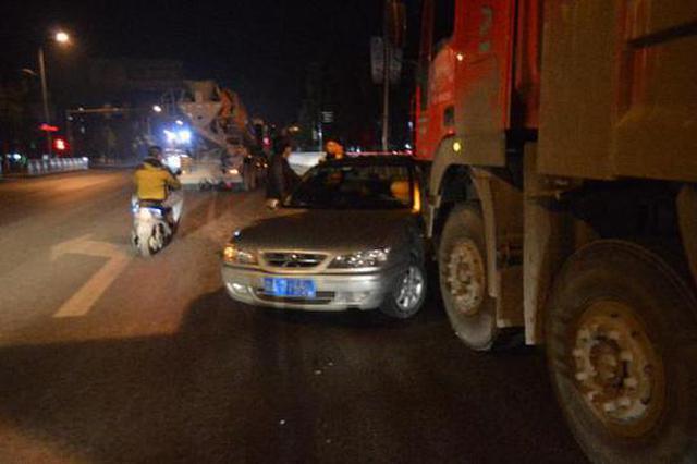 货车随意变道酿事故 小车失控180度调头