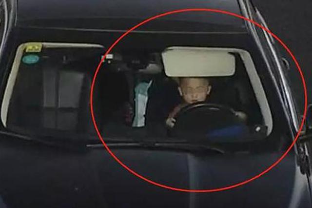 江西高速路上3岁男童把着方向盘 司机被记3分(图)