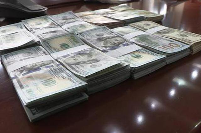 男子在公交上遗失10万美元现金 警察找来才知丢钱