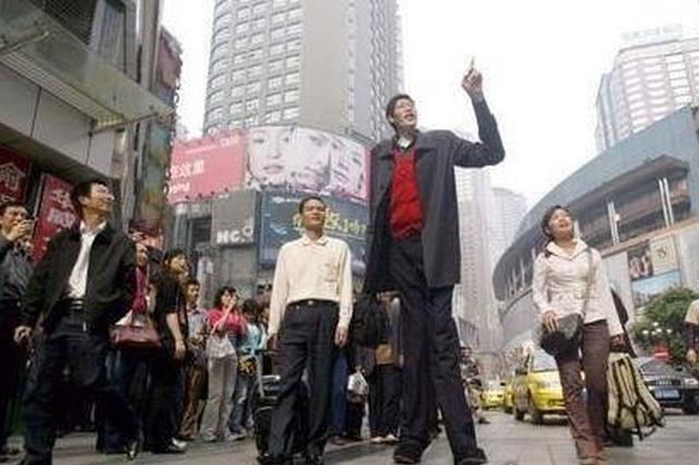 中国最高的人张俊才 比226cm的姚明还要高16cm