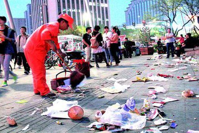 南昌:行人乱扔垃圾要挨罚 实地拍照录像取证