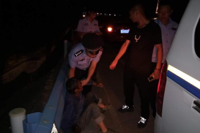 深夜醉汉横卧路边 警察蜀黍伸出援手送回家