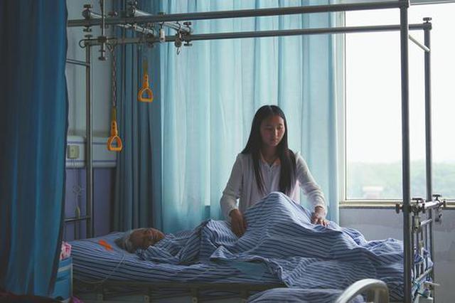 女生带着偏瘫奶奶上大学 四年如一日看护