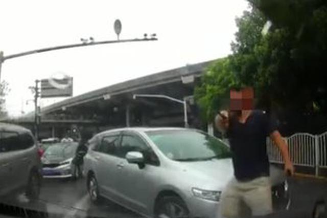 逆行司机犯路怒 持械踢打挡道的正常行驶车辆