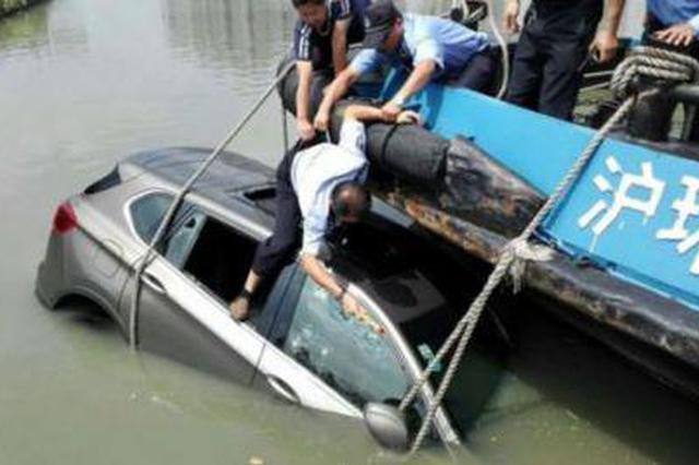 女子驾车冲入河道欲轻生 民警火速出击成功救援