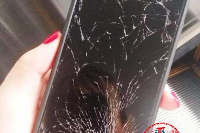 捡个苹果7讨价2000元 索要不成 大妈竟怒砸手机