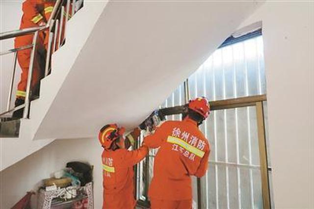 13岁男孩被卡3层上下楼梯间夹缝 身体悬空