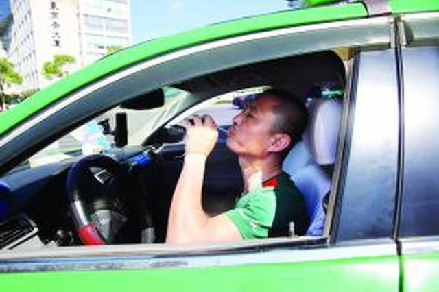 高温下的奔波 南昌:的哥的姐每天喝掉3升水