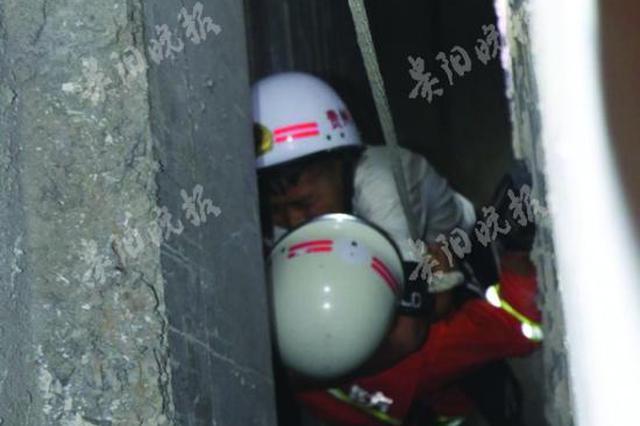 12岁男孩跌入20米深半米宽墙缝:几乎沿缝壁滑下去