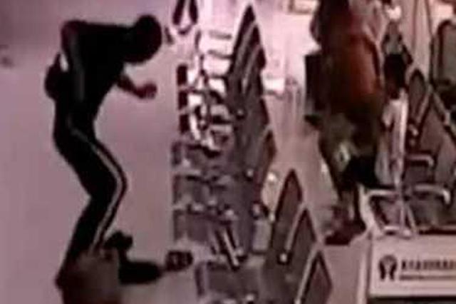 男子在街头连续殴打3名无辜儿童 原因让人气愤
