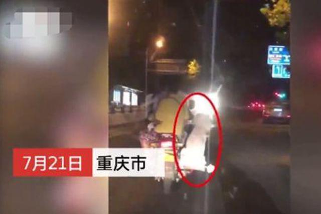 """遛狗新技能?男子摩托车上装""""狗座""""潇洒兜风"""