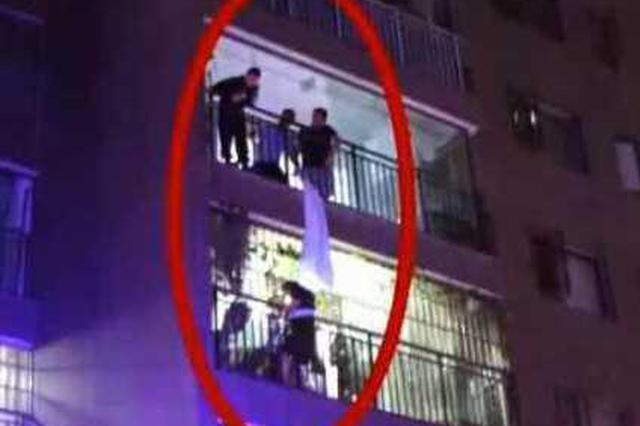 男子在阳台抽烟 忽然从楼上掉下个女子一把抓住