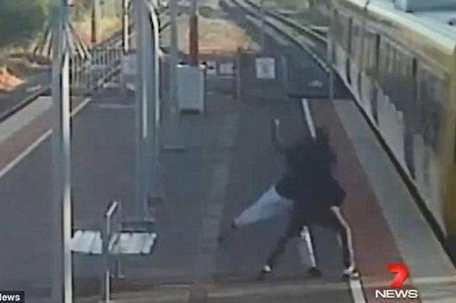 19岁男孩强行把女友扔下火车 监控拍下震惊一幕