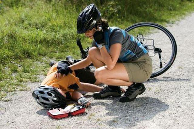 孩子摔倒从不哭泣 家长一定要及时带孩子去做检查