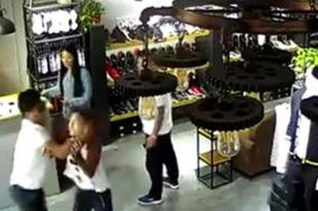 城管催缴卫生费殴打女店员 媒体:执法需要戴墨镜?