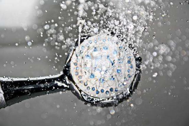 女大学生浴室裸身等热水 男管理员正大光明进两次