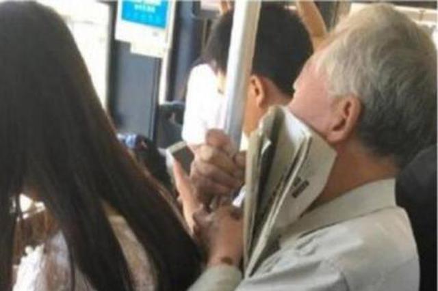 五旬单身男公交上露下体骚扰少女 袋里还有可疑物