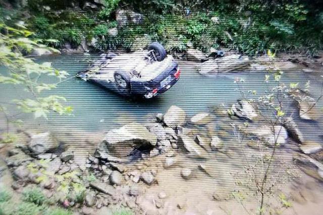 万载两名第一书记扶贫途中出车祸 坠入30米深悬崖