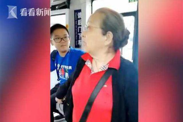 """83岁""""容嬷嬷""""坐公交 男孩好心?#31859;?#21364;被""""按?#34987;?#21435;"""
