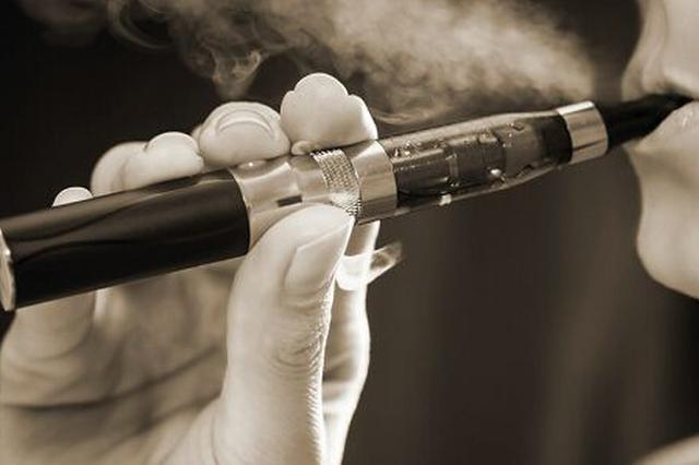 乘务员高铁上抽电子烟 被罚款一千元、下岗三个月