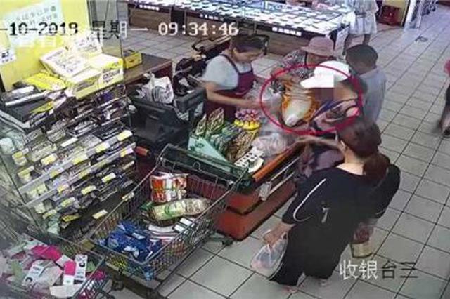 酒鬼吗?大妈屡次超市偷窃被抓当场找到6瓶酒