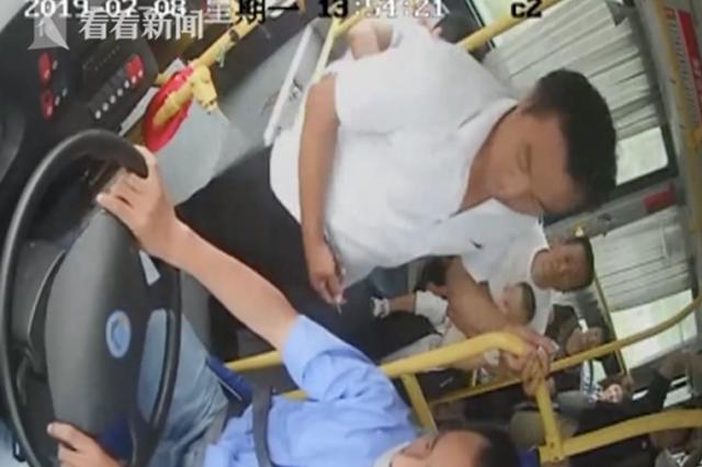 男子乘公交坐过站竟强拔车钥匙 监控拍下全过程