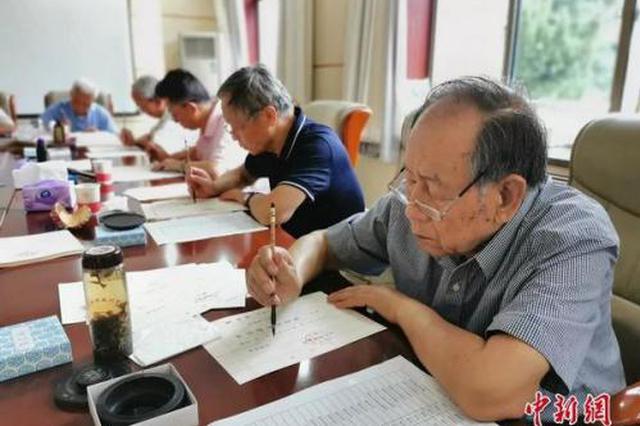 十余位老教授毛笔手写4500份录取通知书 网友:感动