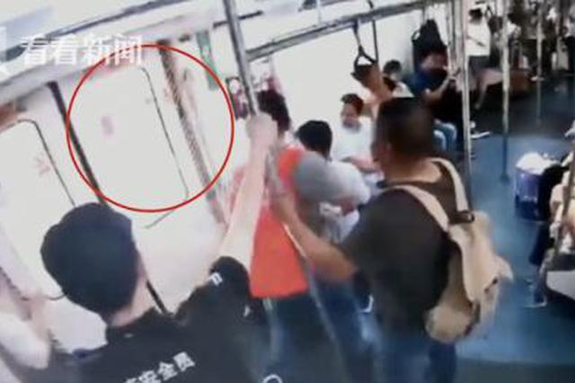 行拘!男子用弹弓打鸟击中地铁 车门玻璃瞬间爆裂