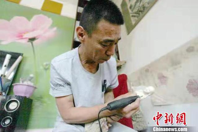 49岁农民巧借自然因材施艺用根雕演绎刻刀上的梦想
