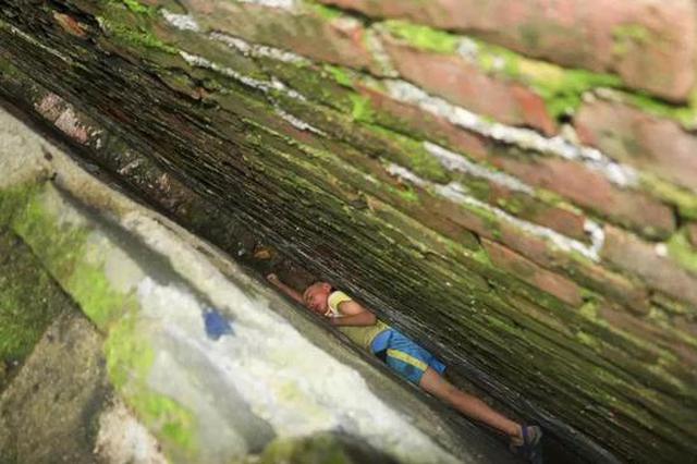 江西一男童贪玩被卡在20公分的墙缝动弹不得