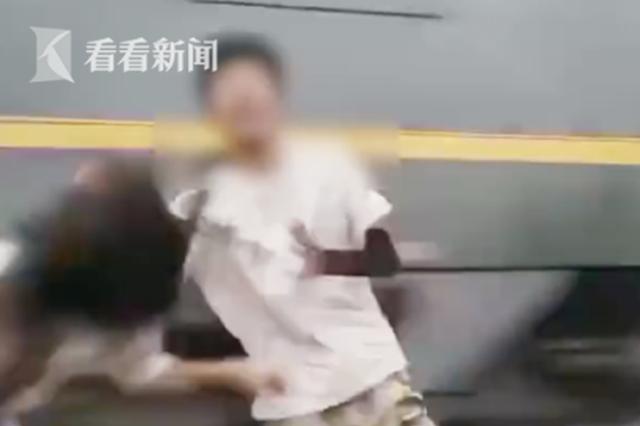 不要命!小情侣铁轨旁拍视频 被火车瞬间掀翻