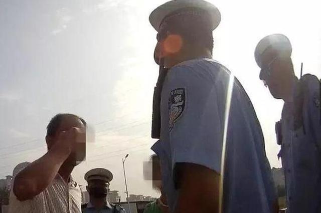 男子無證駕車被查 一時激動摳出眼球示威