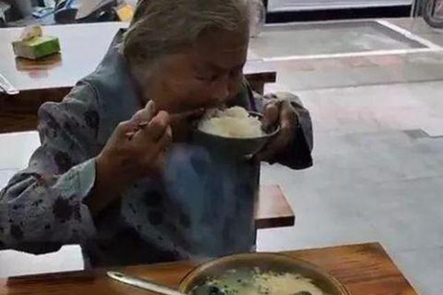 老奶奶拿一元钱进餐馆只买一碗白饭!店主举动获赞